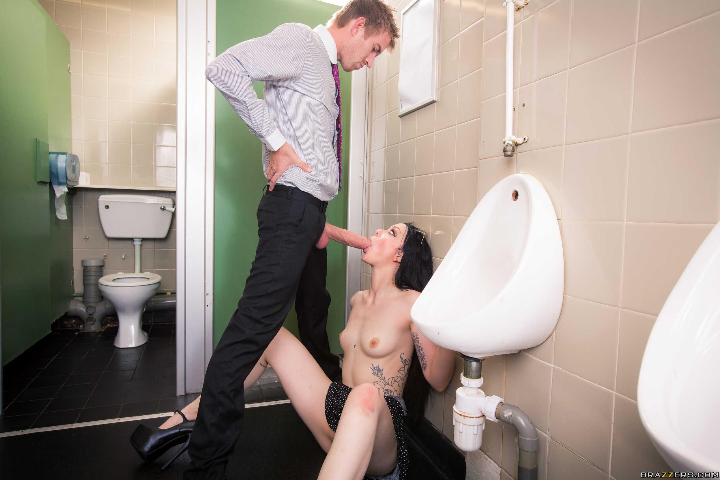 Порно в туалет с приколами