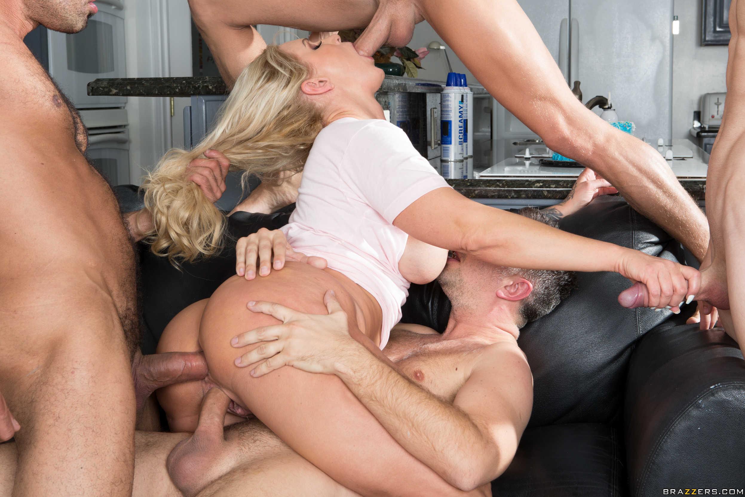 С большими сиськами в груповухи, Групповой секс. Групповуха 1 фотография